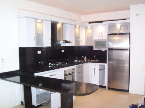 Cocina blanca cubierta marmol negra arsan - Cocinas negras y blancas ...