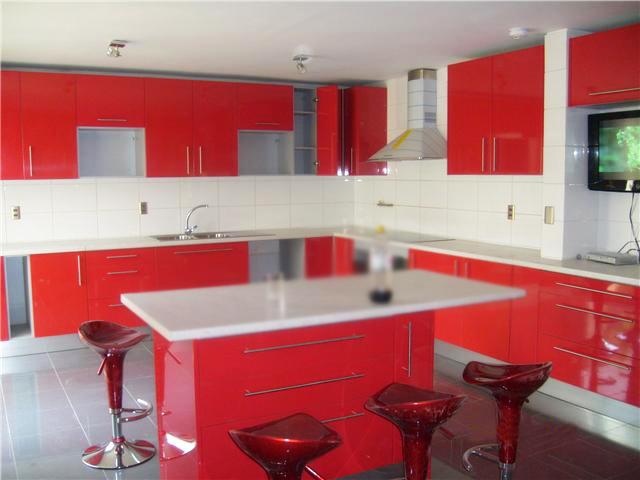 Cocina roja cubierta blanca 5 arsan for Cocina blanca encimera roja